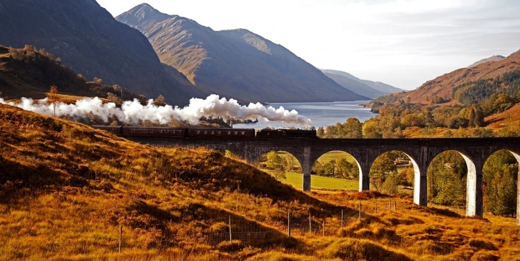 D1WY2B Jacobite Steam train, Glenfinnan Viaduct in autumn with Loch Shiel in background, Lochaber, Scotland, UK, Europe. Image shot 2012. Exact date unknown.