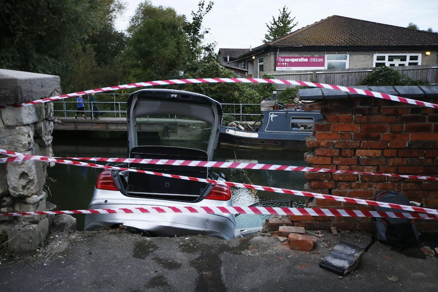 Mercedes driver smashed through wall into River Thames at ...