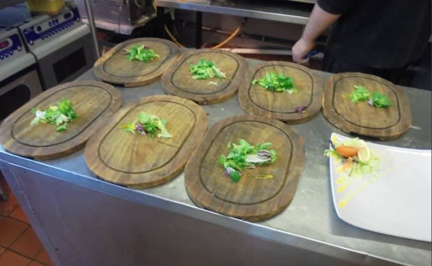 Serving food off wooden boards poses 'risk of food poisoning', council says